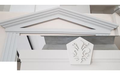 Timpani frontoni chiave di volta sopraporta e finestra